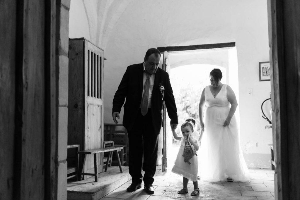 L'entrée dans l'église de la petite famille