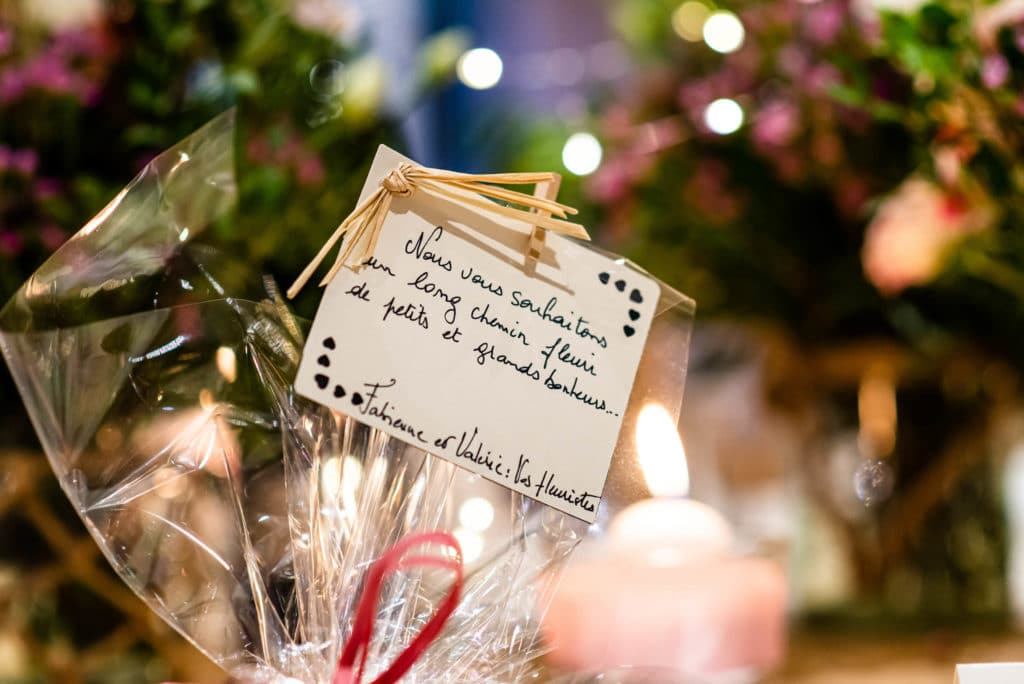 Un petit mot laissé par les fleuristes sur la décoration de table
