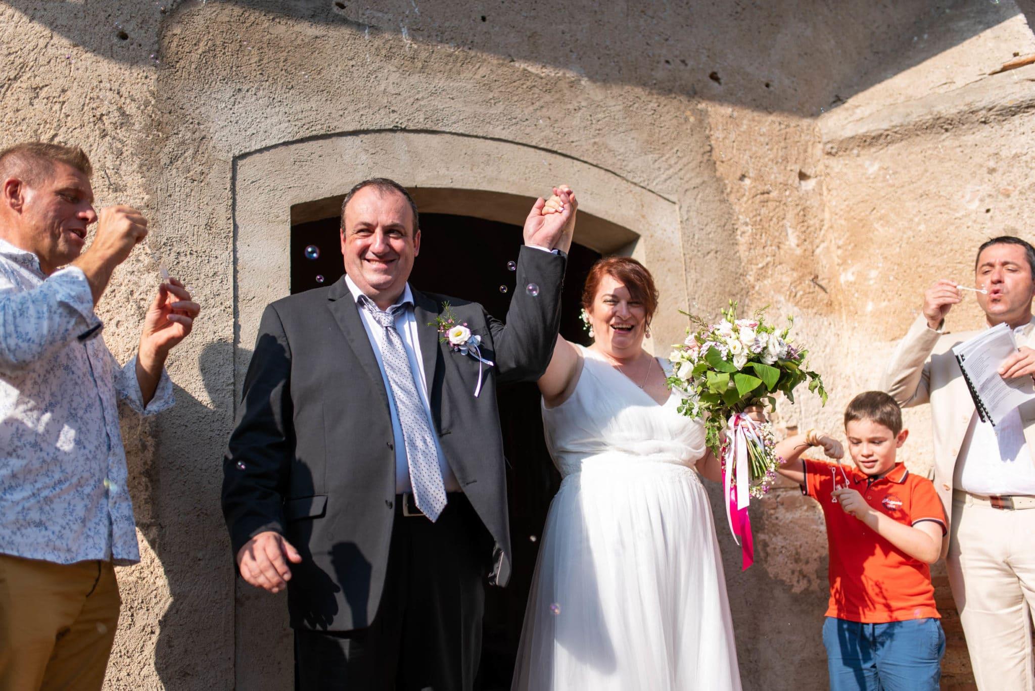 Sortie de l'église accueillie par les invités et des bulles