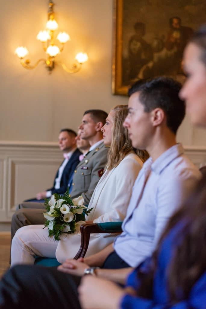 Mariés et témoins écoutent le maire