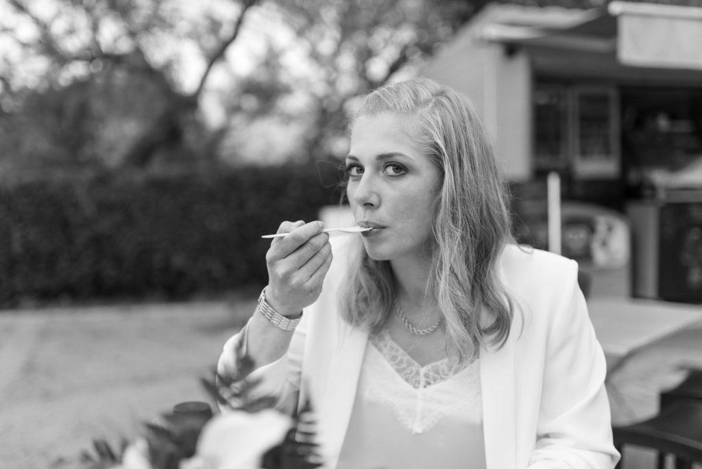 La mariée mange une crêpe