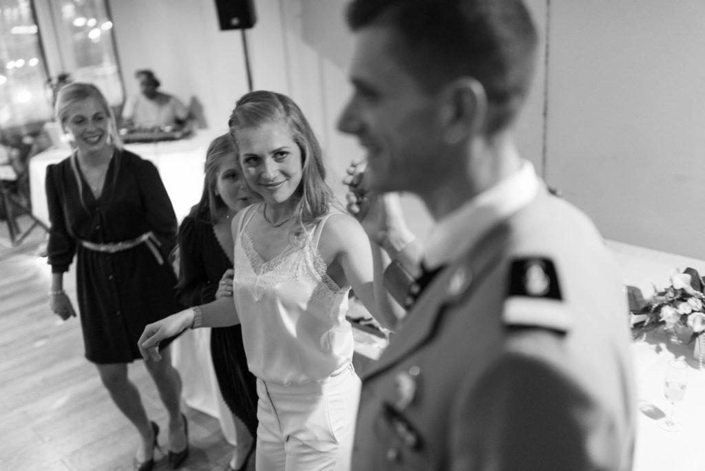 La mariée savoure la danse avec son mari