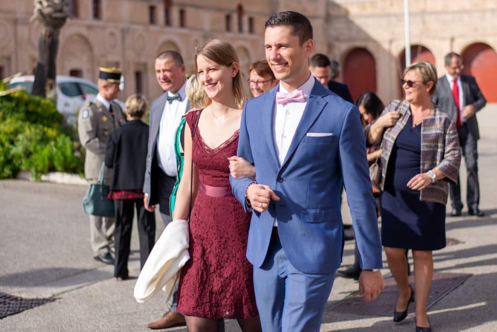 Les invités du mariage se dirigent vers la mairie