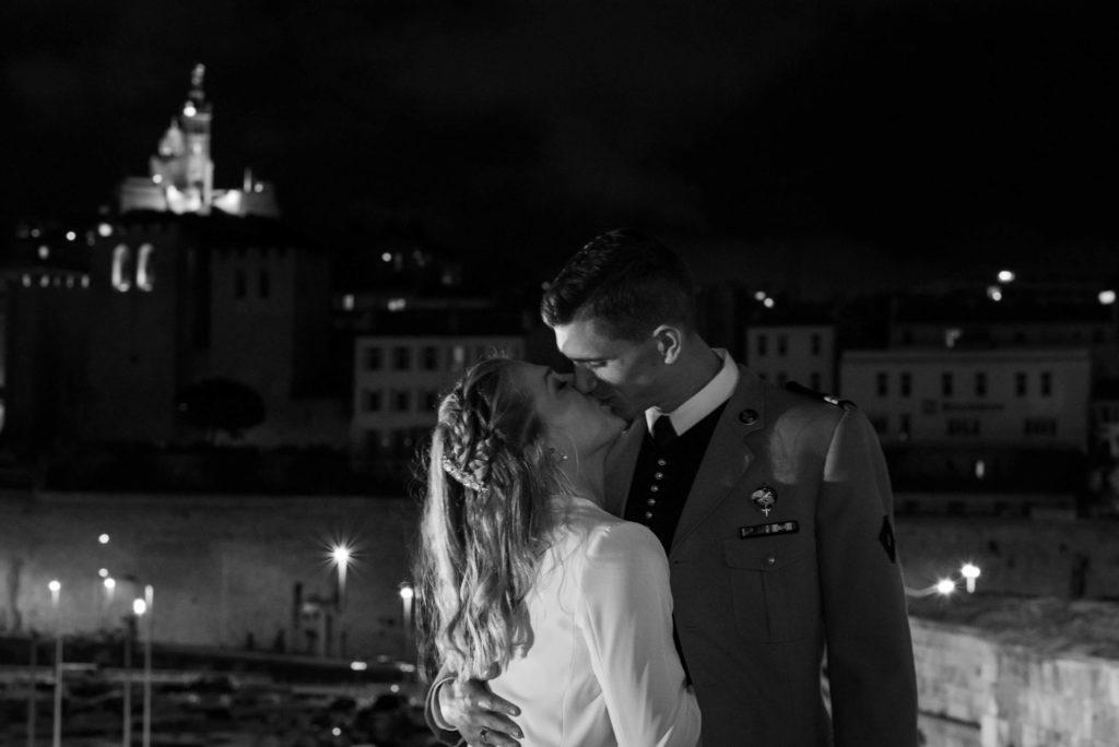 Un baiser des mariés sous le regard de la bonne mère
