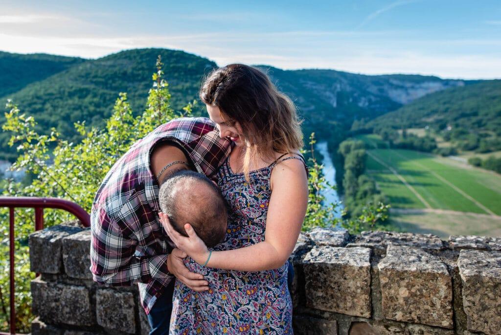 Un baiser sur le ventre de grossesse devant l'Aveyron
