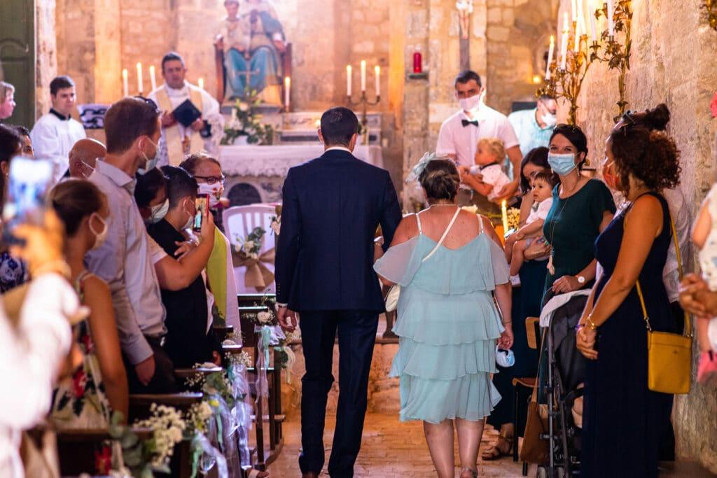 Le marié remonte l'allée de la chapelle