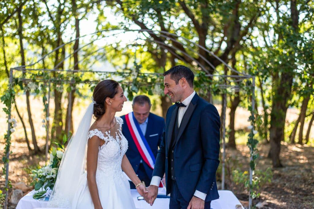 Les jeunes mariés heureux après la signature