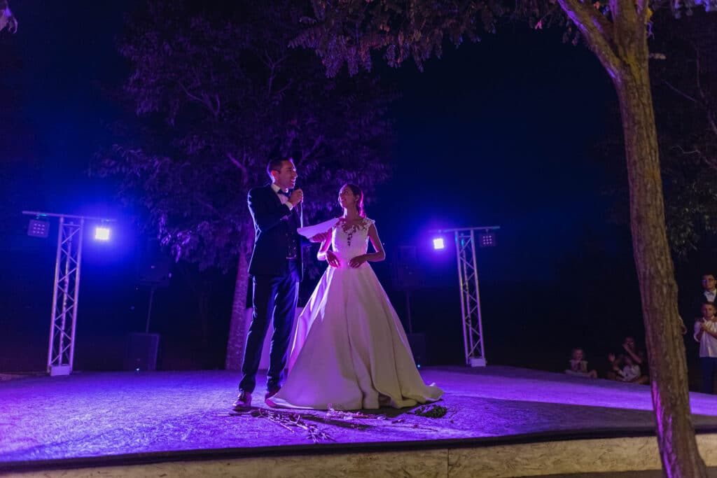 Les mariés se préparent à ouvrir le bal avec un petit discours