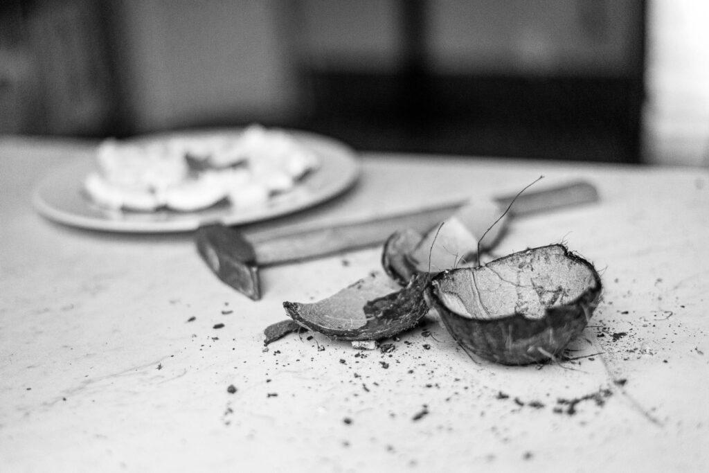 Activité ouverture de noix de coco avec la demoiselle d'honneur