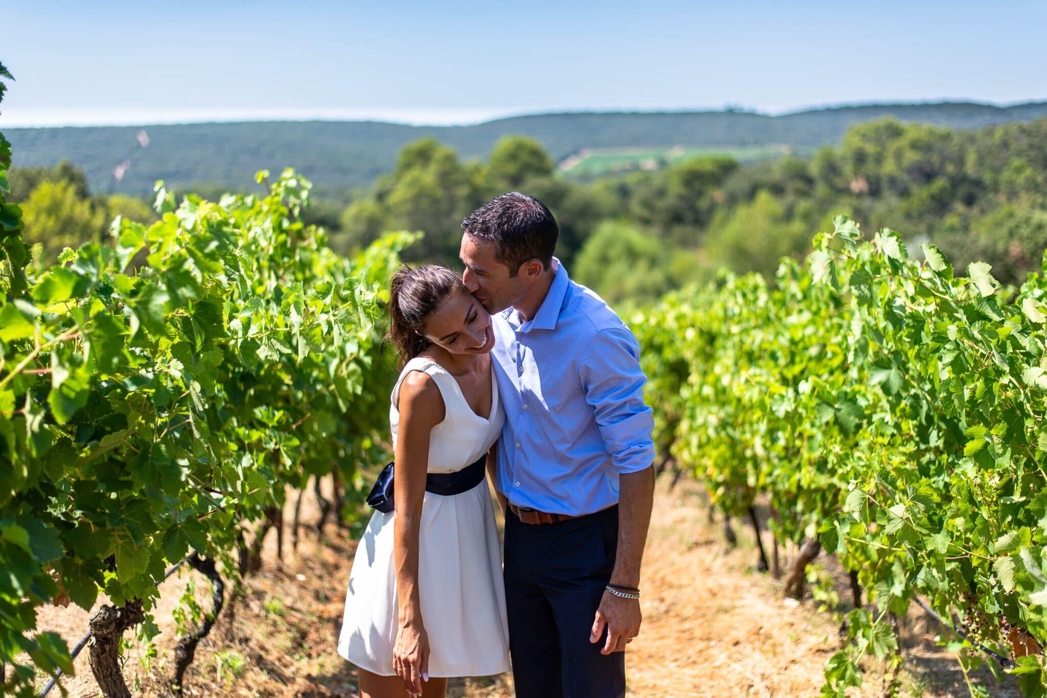 Les jeunes mariés profitent d'un petit moment au milieu des vignes de Provence