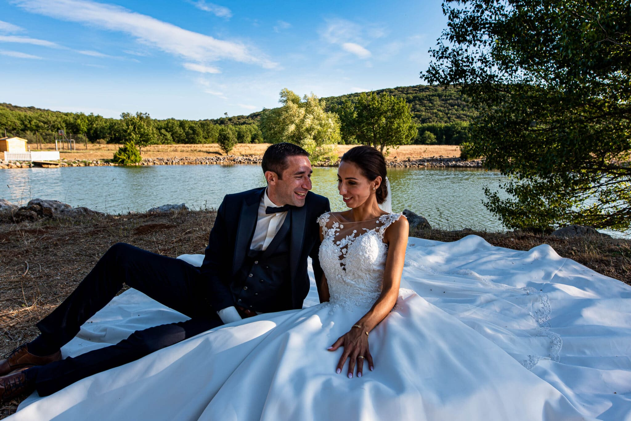 Couple session in front of the lake of Domaine du Planet