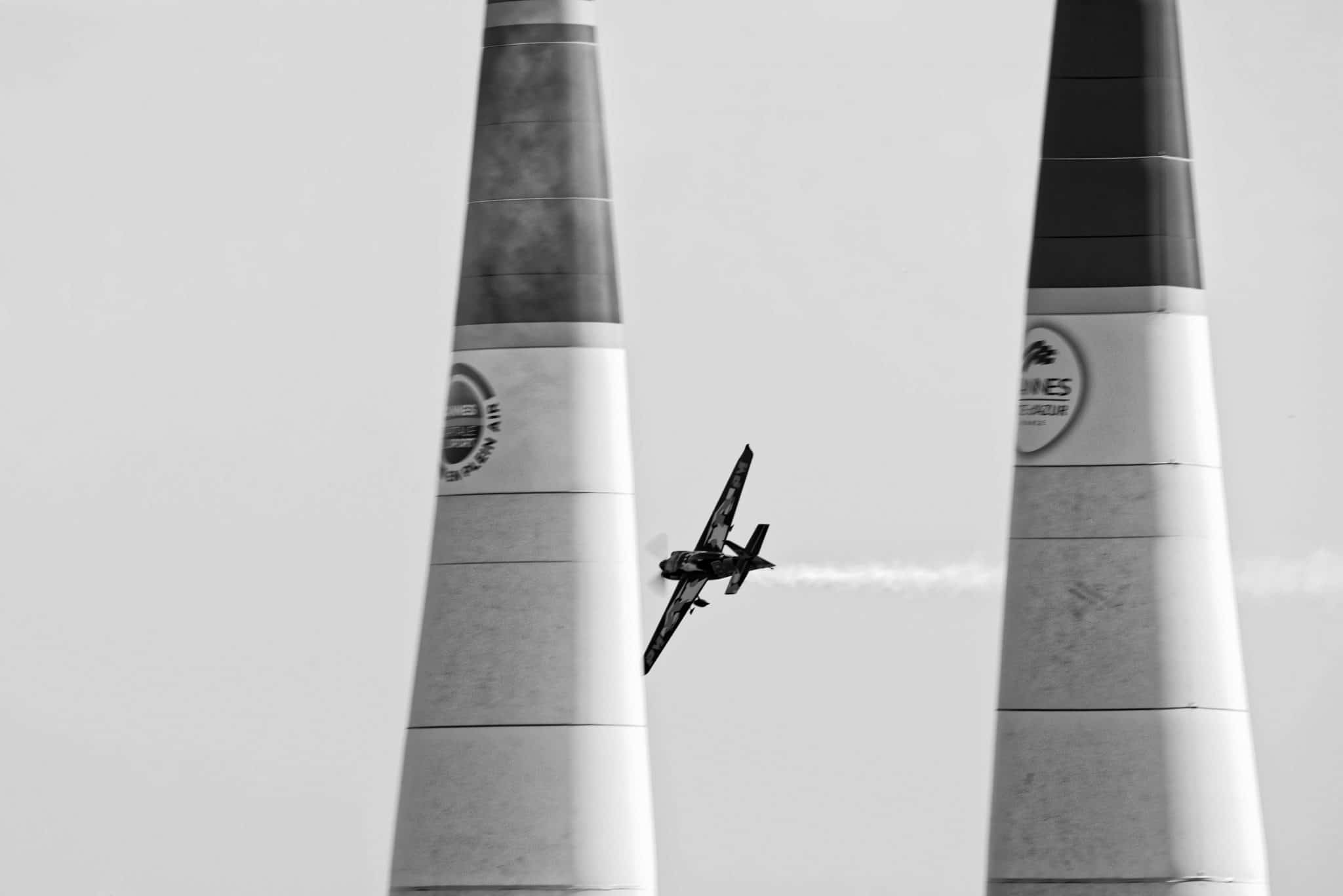 Avion de la Redbull Air Race passant au travers de pylônes au dessus de la mer à Cannes en Provence