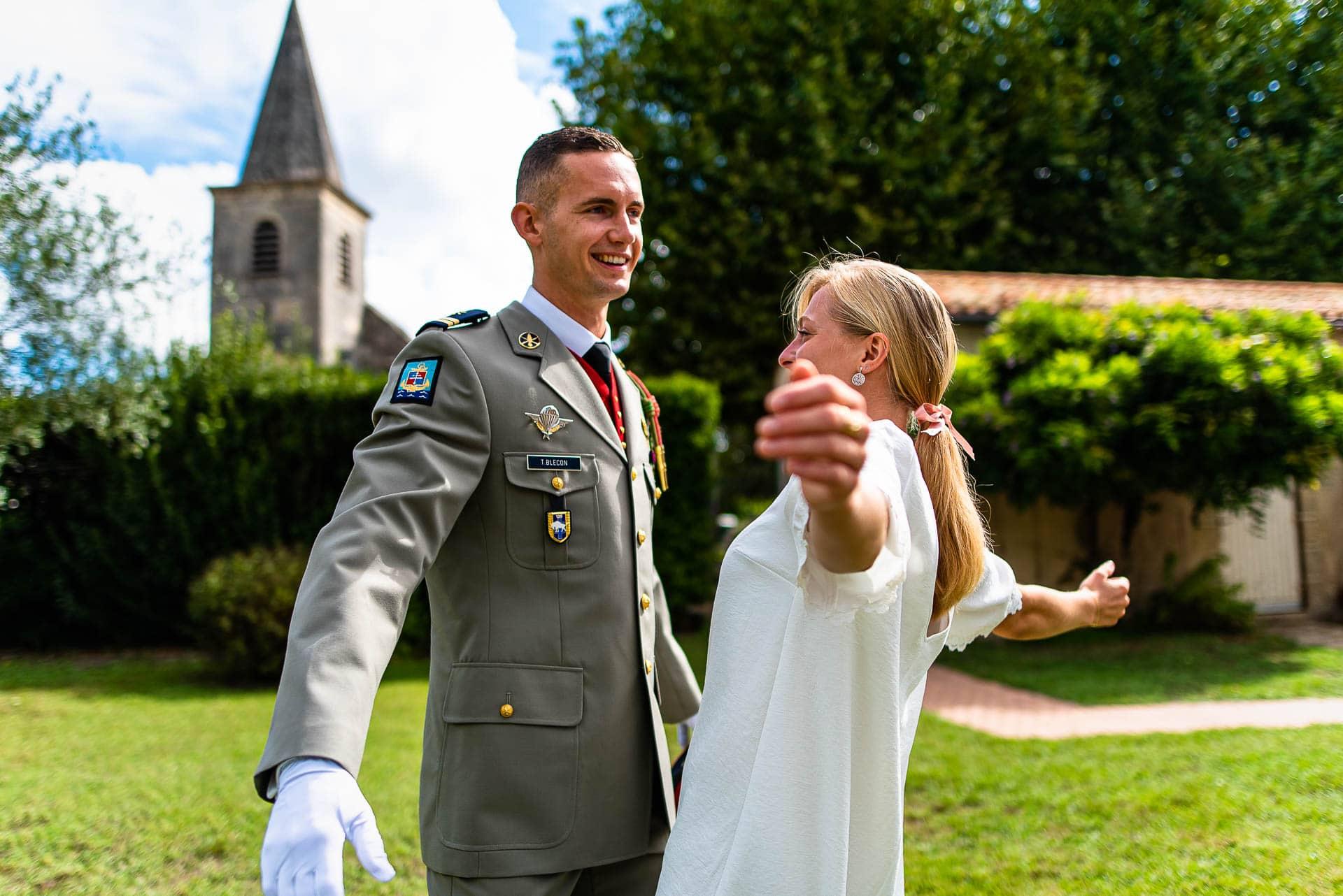 Les jeunes mariés célèbrent leur mariage près de bordeaux