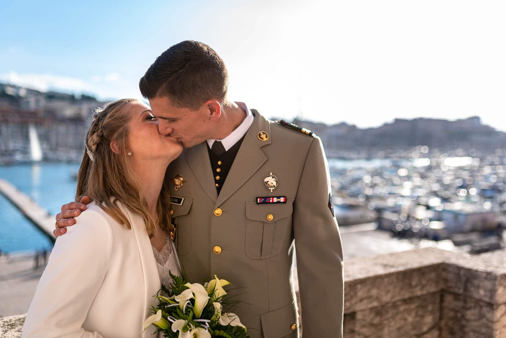 Les mariés sur le balcon de la Mairie de Marseille face au vieux port