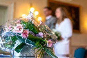 Le bouquet de la mariée pendant le mariage civil